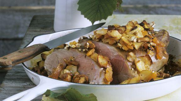 Rezept: Gebratene Lammschulter mit Pilzen und Nüssen
