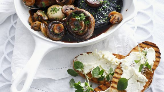 Rezept: Gebratene Pilze mit Frischkäse-Röstbrot