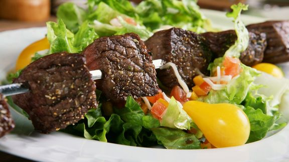 Rezept: Gebratene Rinderfiletspieße auf Salat