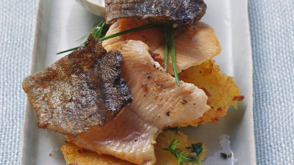 Rezept: Gebratene Saiblingsfilets mit Kartoffel-Erbsen-Puffern