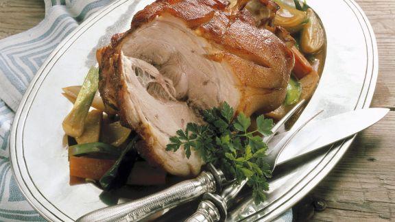 Rezept: Gebratene Schweinshaxe mit Gemüse