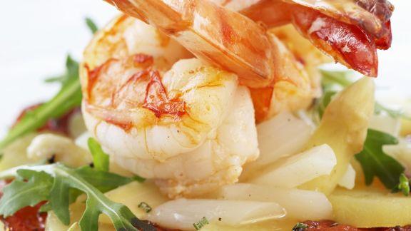 Rezept: Gebratene Shrimps mit Spargel-Kartoffelsalat und Schinken