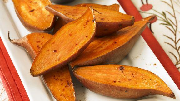 Rezept: Gebratene Süßkartoffelhälften und Butter mit Zimt