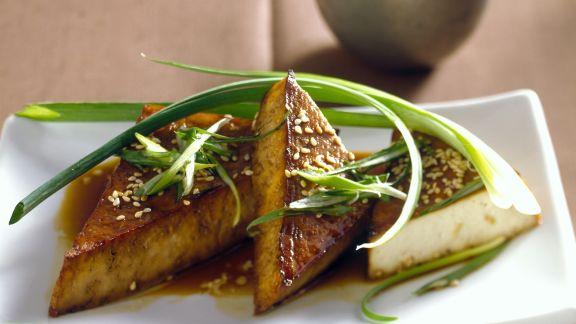 Rezept: Gebratene Tofu-Ecken mit Sesam und Lauchzwiebeln