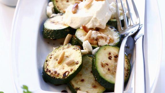 Rezept: Gebratene Zucchini mit Feta und Pinienkernen