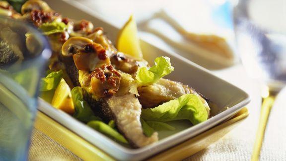 Rezept: Gebratener Karpfen mit Pilzen und Salat
