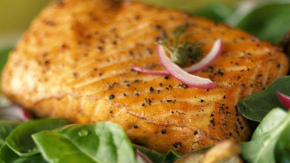 Rezept: Gebratener Lachs mit jungen Spinat, Zwiebeln und Pilzen