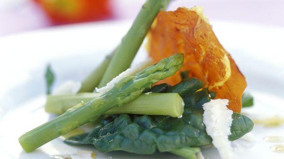 Rezept: Gebratener Rohschinken mit Spargel und Spinat