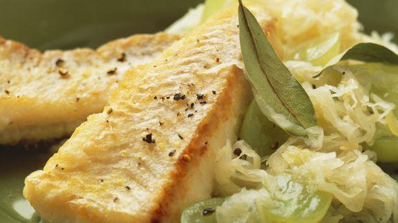 Rezept: Gebratener Seelachs mit Sauerkraut