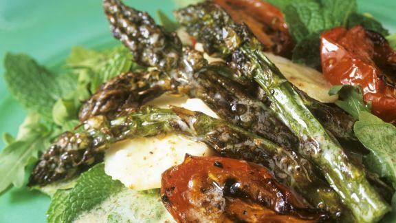 Rezept: Gebratener Spargel-Tomatensalat mit Haselnussvinaigrette