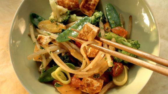 Rezept: Gebratener Tofu mit Karotten, Brokkoli und Kefen