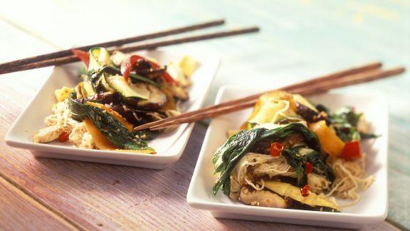 Rezept: Gebratenes Gemüse und Bärlauch aus dem Wok mit Eiernudeln