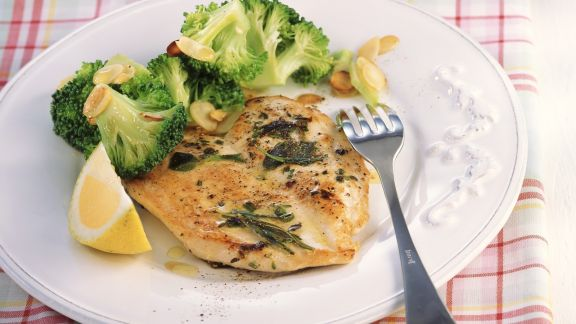 Rezept: Gebratenes Hähnchen mit Mandel-Brokkoli