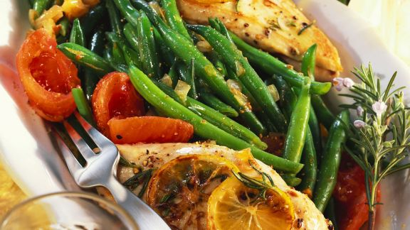 Rezept: Gebratenes Hähnchenfilet mit Bohnen und Tomaten
