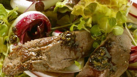 Rezept: Gebratenes Rehfilet auf Herbstsalat mit Pesto aus Kürbiskernen