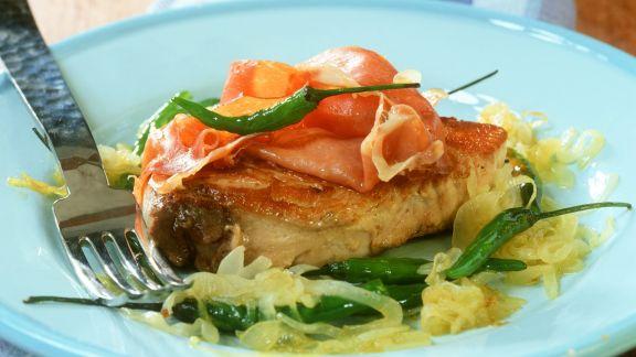 Rezept: Gebratenes Thunfischsteak mit Schinken und Chili