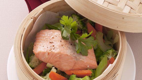 Rezept: Gedämpftes Lachsfilet mit Gemüse