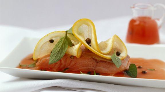 Rezept: Gedämpftes Lachsfilet mit Grapefruitsoße