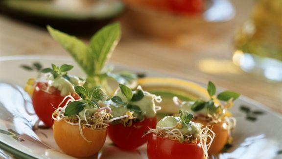 Rezept: Gefüllte Cherrytomaten mit Sprossen und Avocadomus