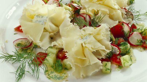 Rezept: Gefüllte Käserosetten mit Gemüsesalat