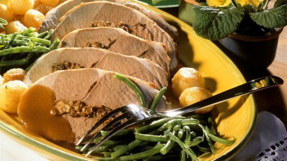 Rezept: Gefüllte Lammkeule mit Kartoffeln und Bohnen