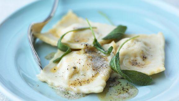 Rezept: Gefüllte Nudeln mit Butter und Salbei