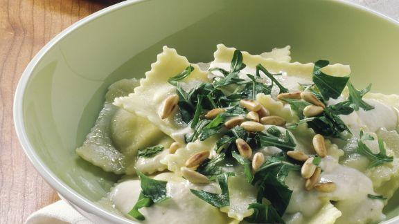 Rezept: Gefüllte Nudeln mit cremiger Kräutersoße und Pinienkernen