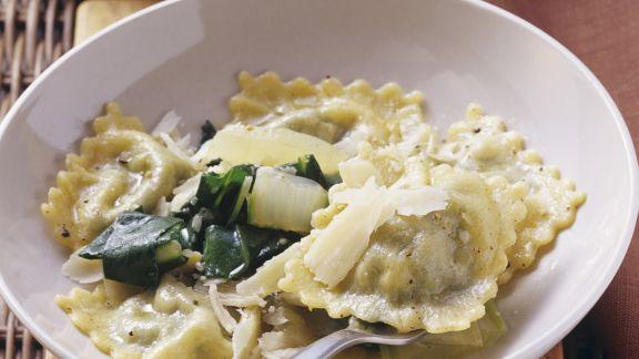 Rezept: Gefüllte Nudeln mit Mangold und Quark in zerlassener Butter
