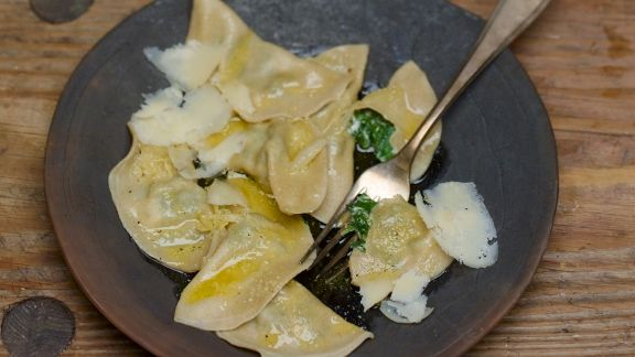 Rezept: Gefüllte Nudeln mit Spinat dazu Parmesan und zerlassene Butter
