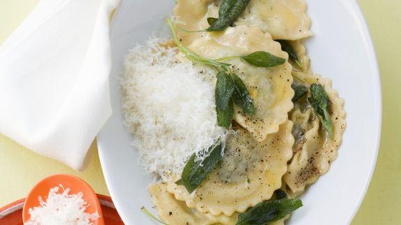 Rezept: Gefüllte Nudeln mit Spinat-Ricotta-Füllung dazu Salbeibutter