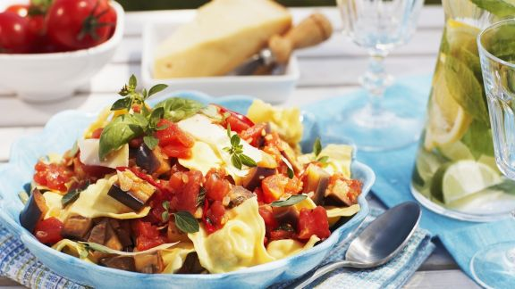Rezept: Gefüllte Nudeln mit Tomaten-Auberginen-Soße