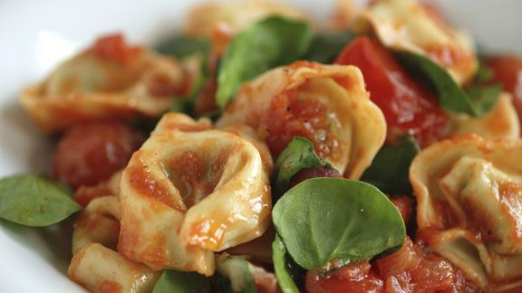Rezept: Gefüllte Nudeln mit Tomatensoße und Basilikum
