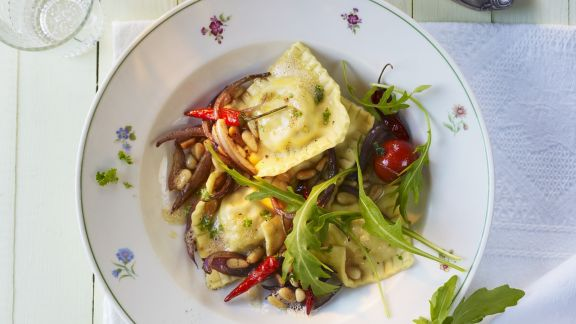 Rezept: Gefüllte Nudeln mit Zwiebel-Pinienkern-Soße und Rauke