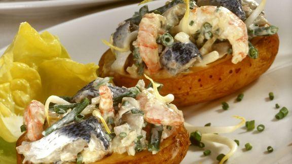 Rezept: Gefüllte Ofenkartoffeln mit Herings-Shrimpssalat
