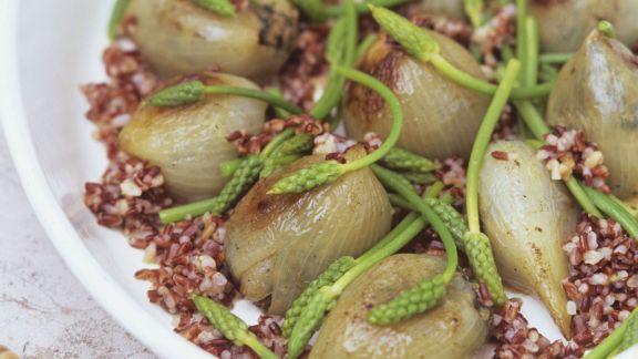 Rezept: Gefüllte Zwiebeln mit rotem Reis und wildem Spargel