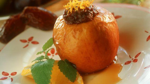 Rezept: Gefüllter Dattel-Bratapfel auf Orangenspiegel