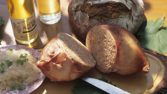 Rezept: Gefüllter Schweinemagen mit Sauerkraut