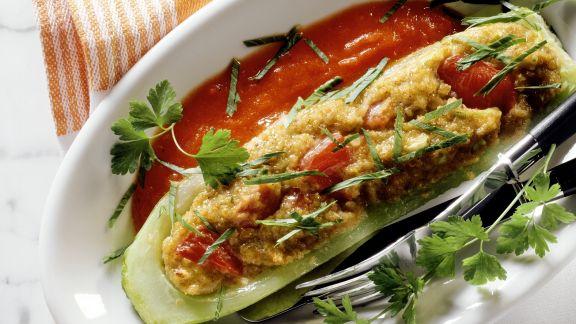 Rezept: Gefülltes Gurkenschiffchen mit Tomatensauce