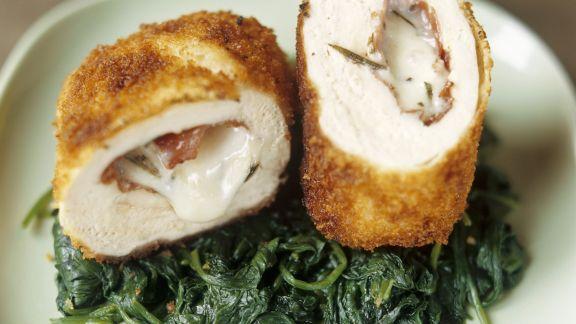Rezept: Gefülltes Hähnchen mit Bresaola und Mozzarella dazu Spinat