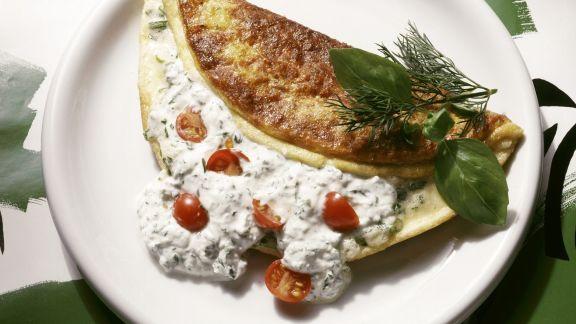 Rezept: Gefülltes Omelett mit Kräuterquark und Cherrytomaten