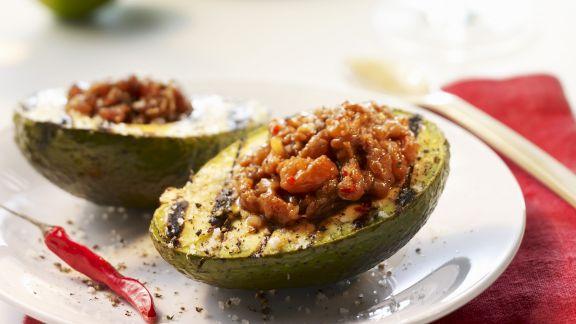 Rezept: Gegrillte Avocados mit Füllung aus Thunfischtatar