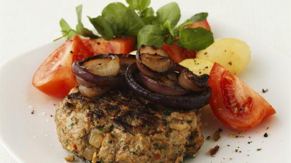 Rezept: Gegrillte Buletten mit Tomaten und Zwiebeln