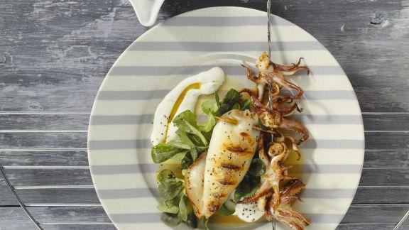 Rezept: Gegrillte Calamari mit Feldsalat