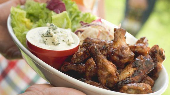 Rezept: Gegrillte Chicken Wings mit grünem Salat