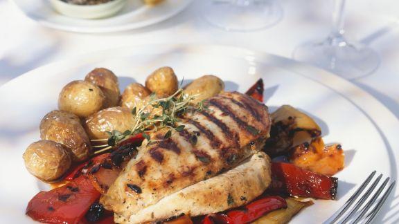 Rezept: Gegrillte Hähnchenbrust mit Kartoffeln und marinierten Paprika