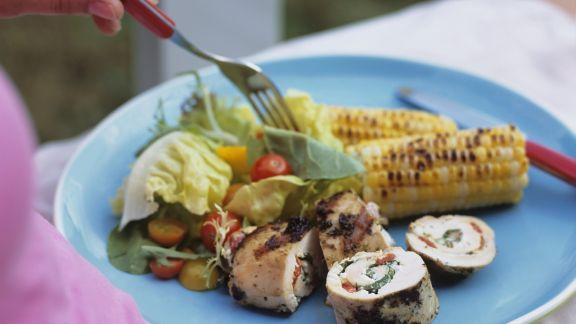 Rezept: Gegrillte Hähnchenroulade mit gemischtem Salat und Maiskolben