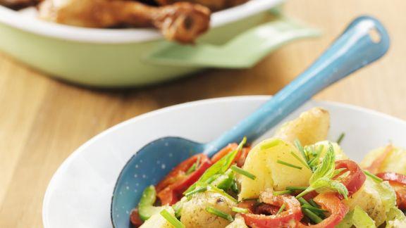 Rezept: Gegrillte Hähnchenschlegel mit Paprika-Kartoffelsalat