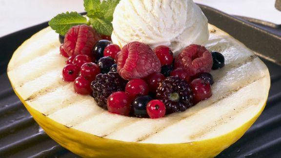 Rezept: Gegrillte Honigmelone mit Beeren und Vanilleeis