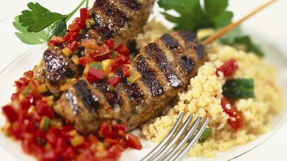 Rezept: Gegrillte Lamm-Spieße mit Couscous und Paprika