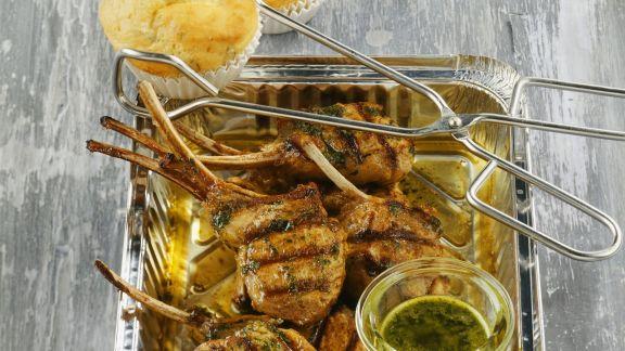Rezept: Gegrillte Lammchops mit Kräutersoße und herzhaften Muffins